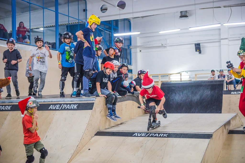 dzieci w skateparku